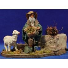 Pastor dando de comer un cordero movimiento 12 cm barro y ropa