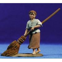 Pastora barriendo corral 12 cm resina Montserrat Ribes