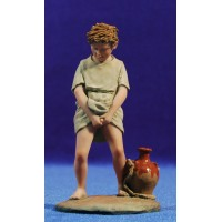 Niño haciendo pipi 17 cm resina Montserrat Ribes