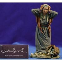 Pastora vieja con huevos rotos 17 cm resina Montserrat Ribes