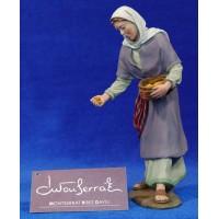 Pastora dando comer gallinas 17 cm resina Montserrat Ribes