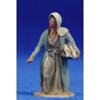 Pastora con bandeja con ropa 4 cm barro pintado De Francesco