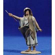 Pastor con bastón y señalando 8 cm barro pintado De Francesco