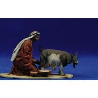 Pastora muñiendo una cabra 10 cm barro pintado De Francesco