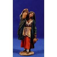 Pastora con jarras 13 cm barro y tela pintada Angela Tripi