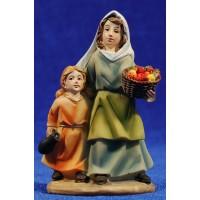 Pastora con niña y cesto de frutas 9 cm resina