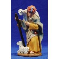 Niño con bastón y corderos 11 cm resina