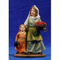 Pastora con niña y cesto de frutas 11 cm resina