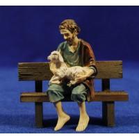 Pastor sentado en un banco con cordero 9 cm resina